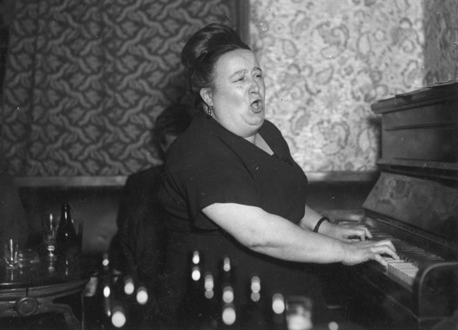 Norwich, Ber Street, Jolly Butchers public house, the licensee Black Anna singing at the piano. [images/photographs]